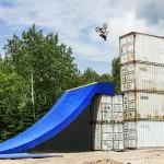 Ο Drew Bezanson πετάει πάνω από τα κοντέινερ!