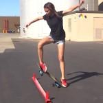Ένα κορίτσι μαθαίνει τα πρώτα skateboard tricks