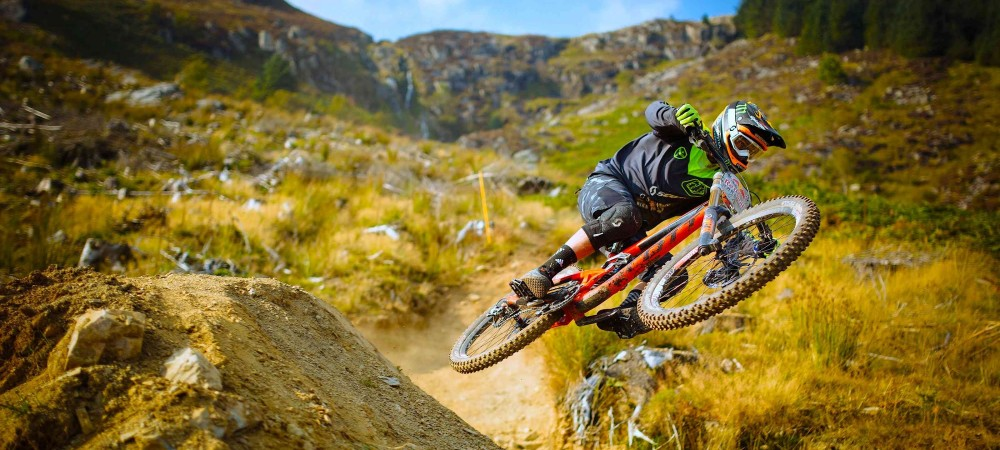 aggressive-downhill-mountain-bike-racing-red-bull-hardline